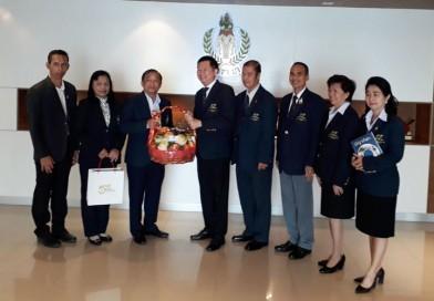 นายกสมาคมกีฬาปัญจกีฬาแห่งประเทศไทย มอบกระเช้าผลไม้ให้กับผู้ว่าการกีฬาแห่งประเทศไทย