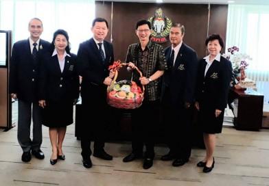 นายกสมาคมกีฬาปัญจกีฬาแห่งประเทศไทย มอบกระเช้าผลไม้ให้กับ รองผู้ว่าการกีฬาแห่งประเทศไทย