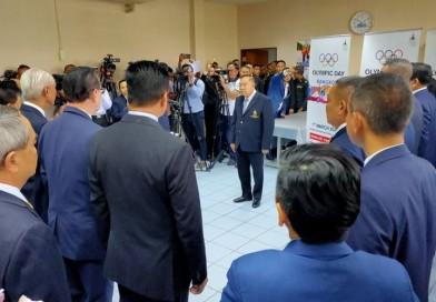 นายกสมาคมกีฬาปัญจกีฬาแห่งประเทศไทย เข้าอวยพรและมอบกระเช้าให้กับ พลเอก ประวิตร วงษ์สุวรรณ